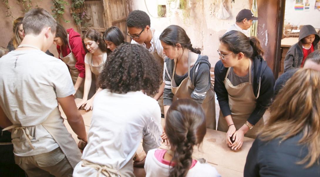 ペルーで陶芸教室にトライする高校生ボランティア